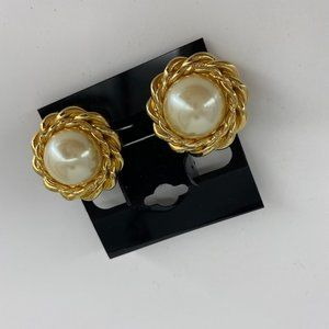 "St. John | 😍1"" Pearl Clip On Earrings"